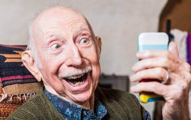 Älterer Herr mit Smartphone