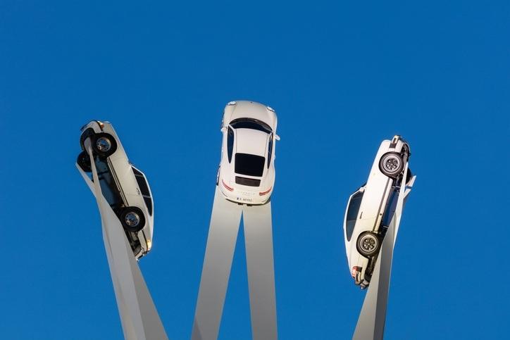 Drei weiße Porsche in der Luft
