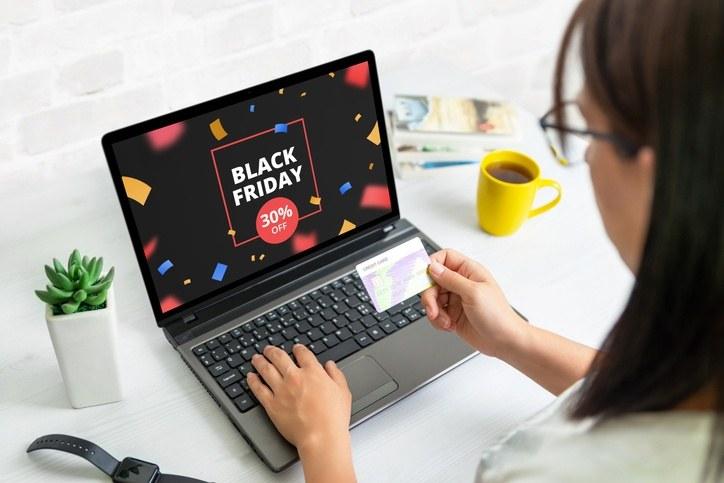Eine Frau schaut sich Black-Friday-Angebote online an.