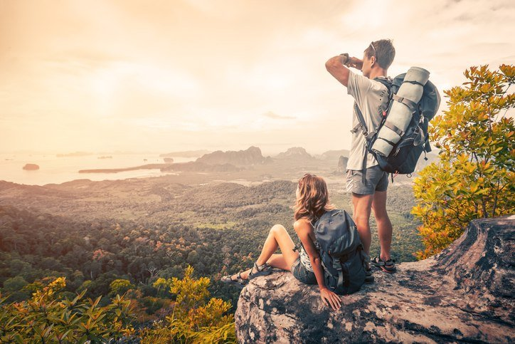 Wanderer betrachten die Berglandschaft.