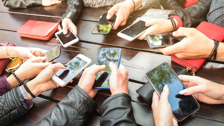 Draufsicht von vielen Personen mit ihren Smartphones in der Hand
