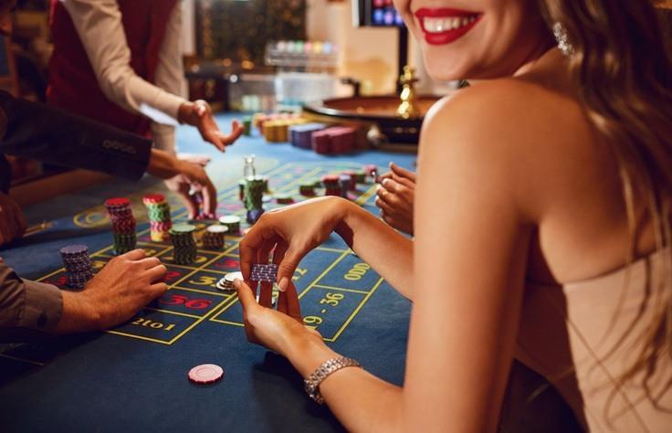 Roulette-Spielerin mit Chips in den Händen