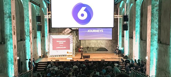 Shopware 6 Redner auf einer Bühne vor großem Publikum