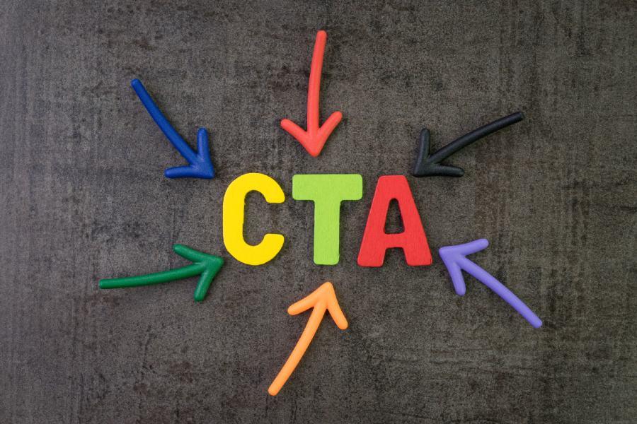 farbige Buchstaben auf grauem Hintregrund CTA