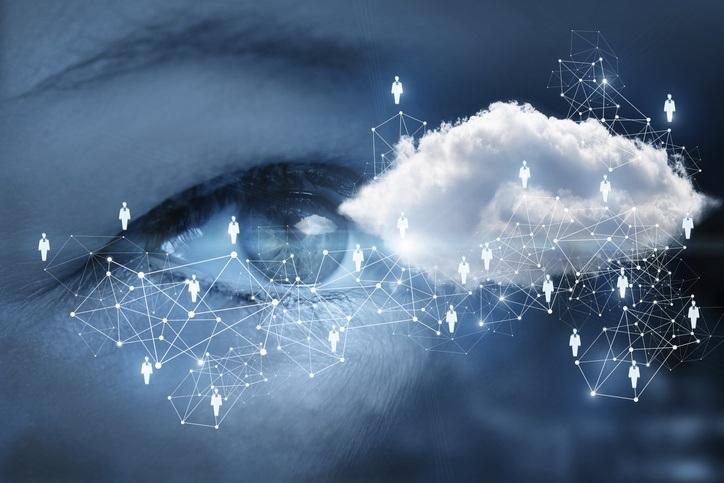 Nahaufnahme von einem Auge umgeben von Daten