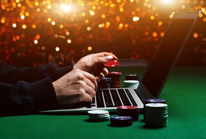 Eine Person spielt Online-Poker.