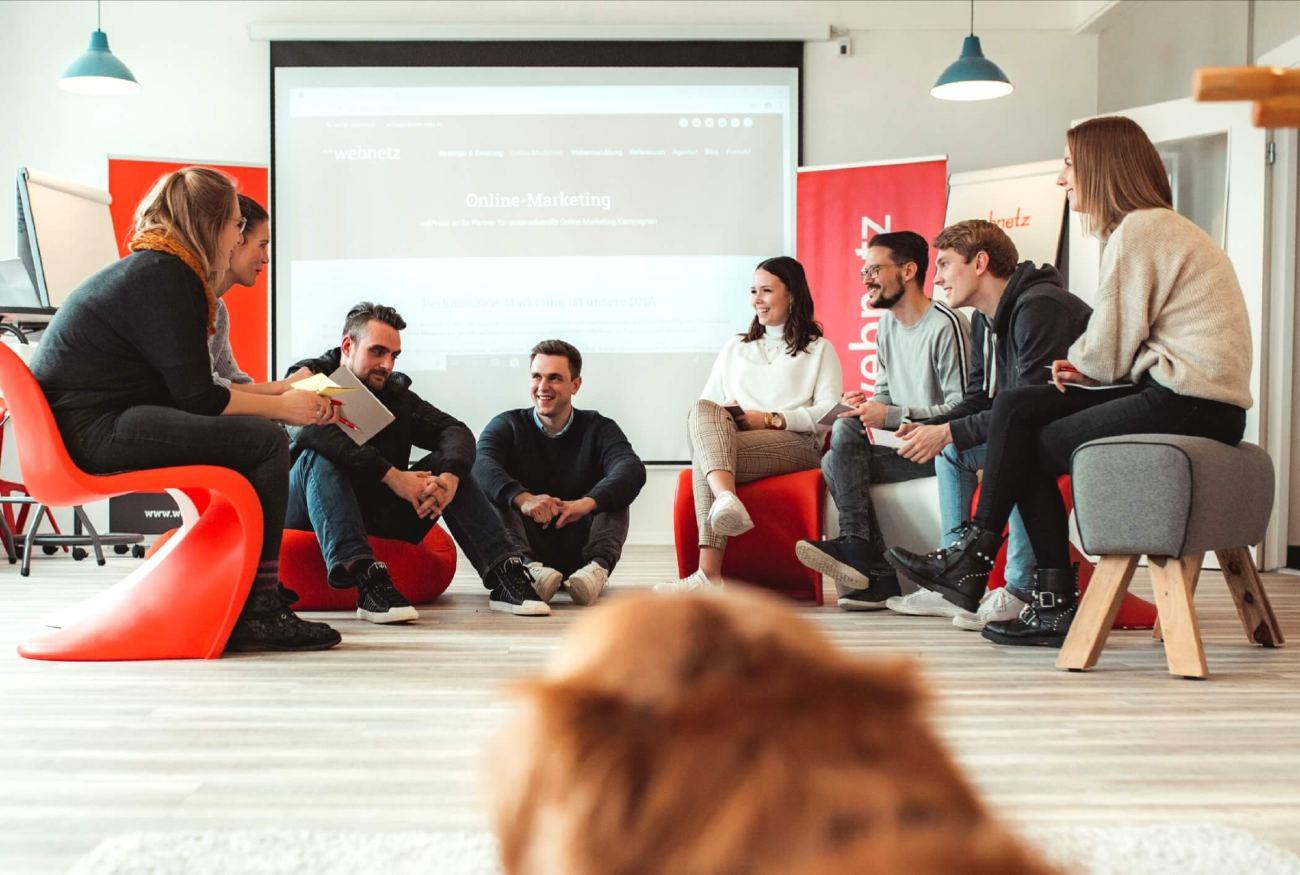 Austausch von Online Marketing Themen im Sitzkreis