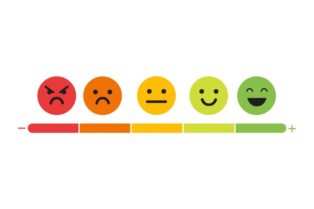 fünf Smileys vor weißem Hintergrund in unterschiedlichen Farben und Emotionen