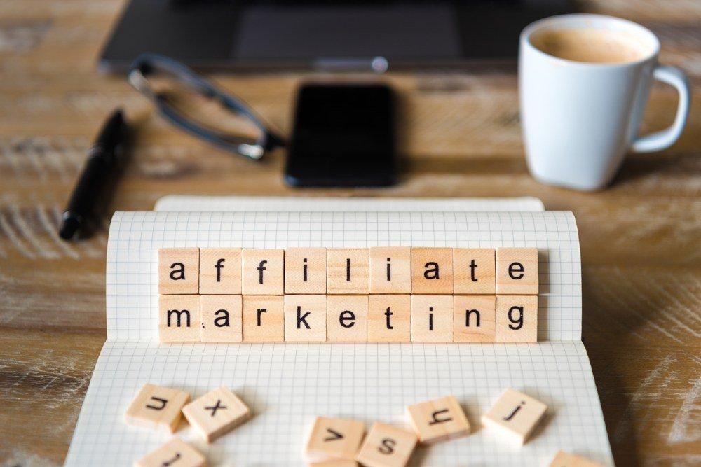 Affiliate Marketing auf Holzwürfel gedruckt