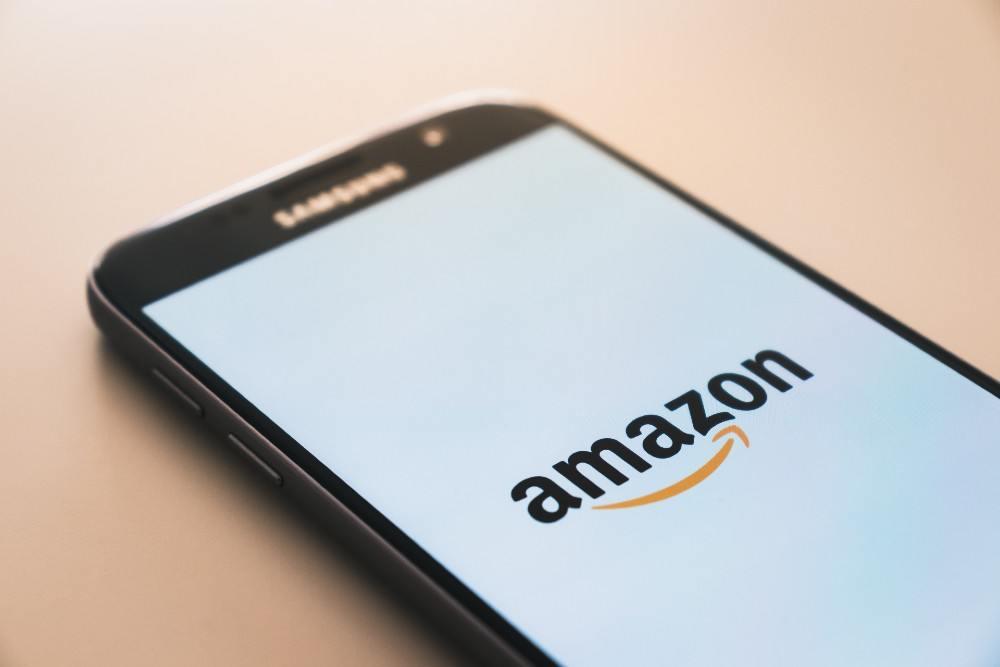 Amazon-Logo auf Handy-Bildschirm
