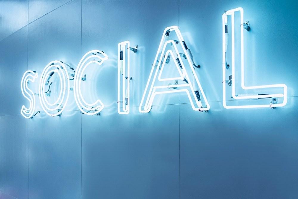 Blaue Leuchtstoffröhren mit dem Schriftzug Social