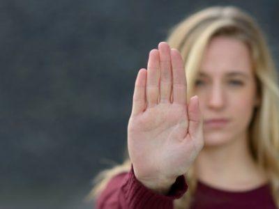 Frau zeigt eine Stopp-Geste.