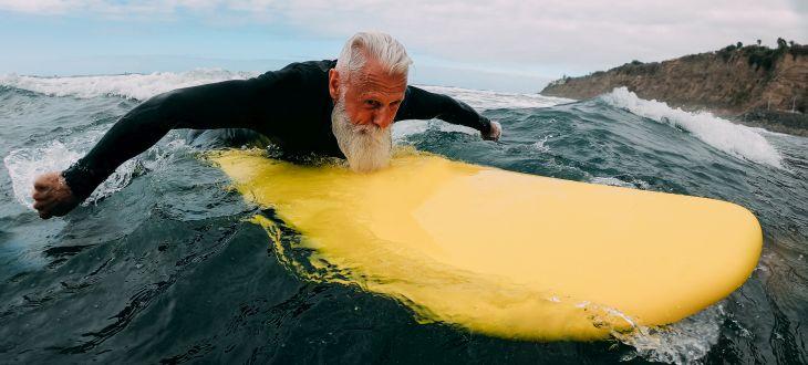 Mann auf gelben Surfbrett