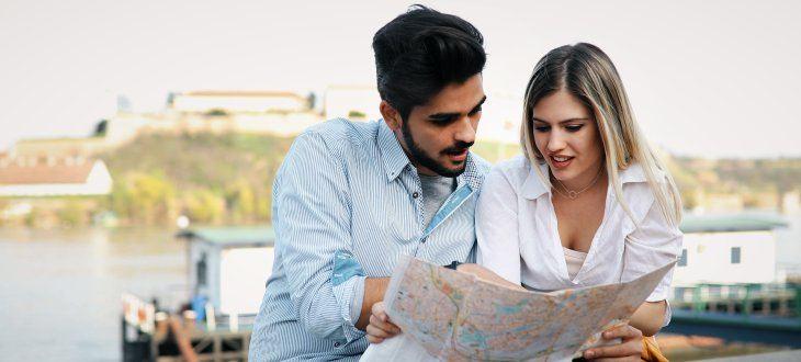 Mann und Frau gucken sich Karte an