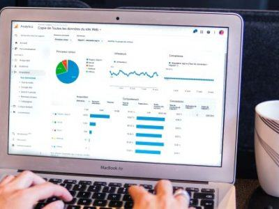 Ein Laptop zeigt Statistiken an