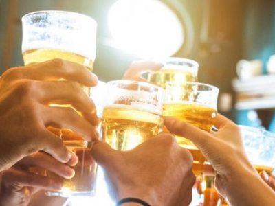 Gruppe trinkt zusammen Bier