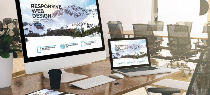 Verschiedene Endgeräte, die eine Website mit responsive Design zeigen