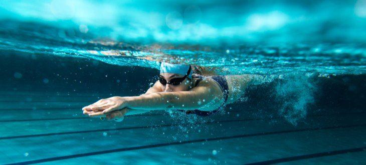 Schwimmerin im Wasser