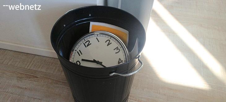 Uhr im Papierkorb - web-netz