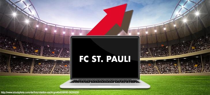 Laptop auf Stadion-Rasen