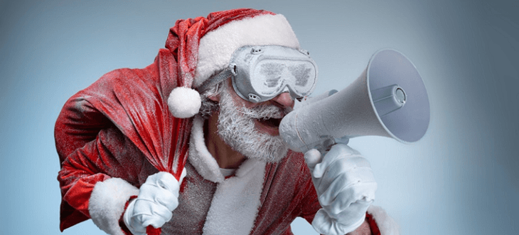 Cooler Weihnachtsmann mit Sack, Brille und Mikrofon