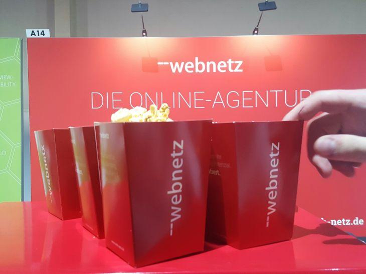 OMR 2018: web-netz-Expo-Stand mit Popcorn-Tüten