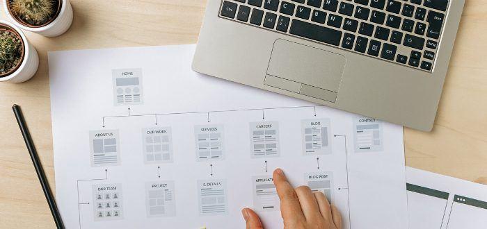 Schreibtisch mit Datenblatt und Notebook