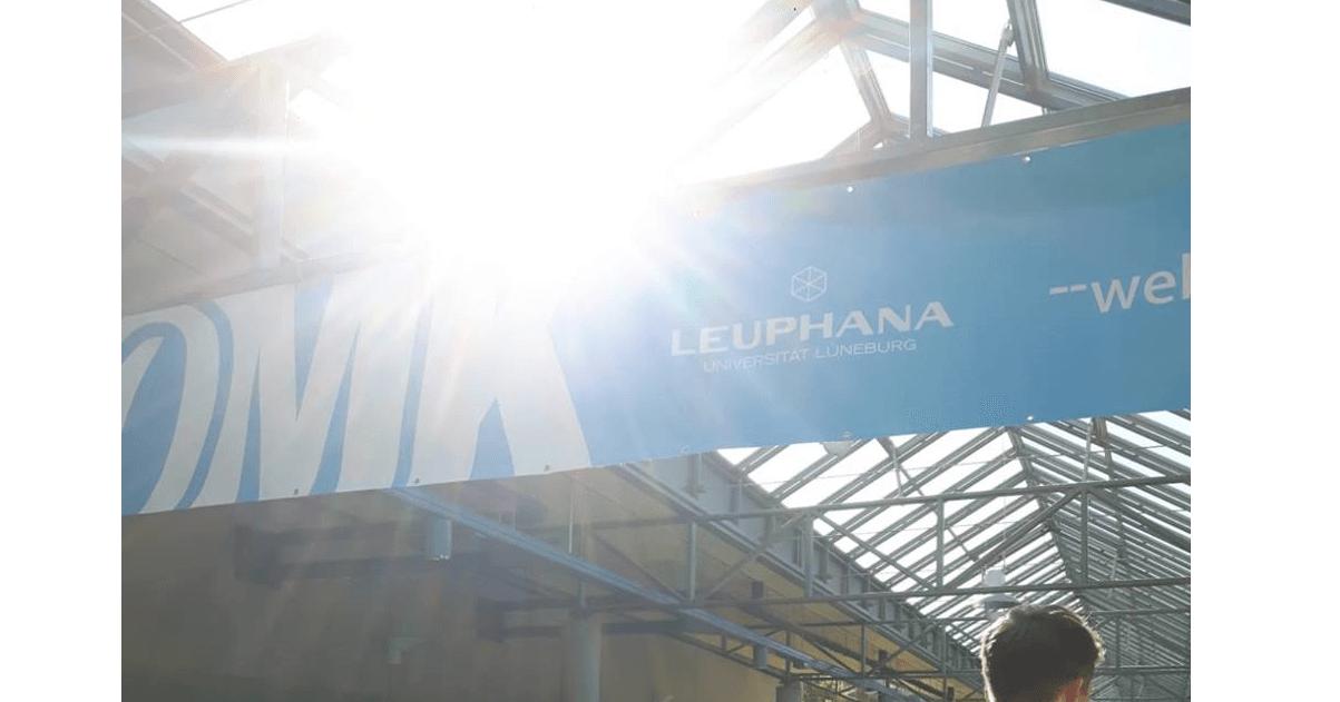 Banner der OMK mit Sonnenschein im Hintergrund