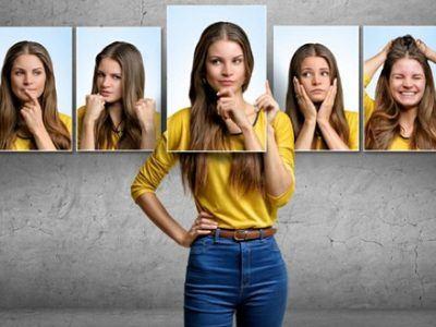 Junge Frau mit gelben Pullover vor grauer Wand mit unterschiedlich zeigenden Emotionen auf Bildern