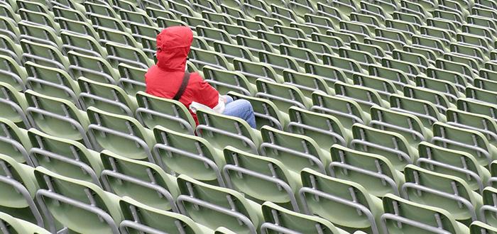 Einsame Frau alleine im Stadion