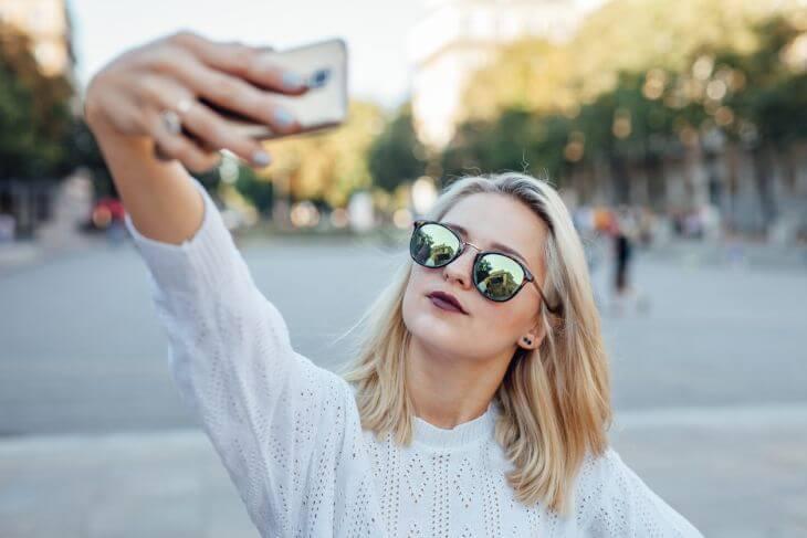 Influencer beim Selfie-Machen