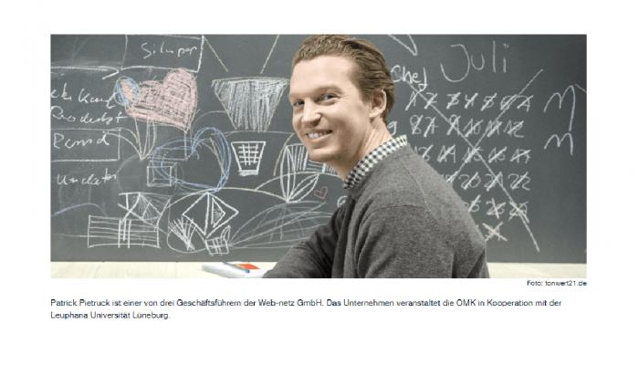 Patrick Pietruck, Geschäftsführer der web-netz GmbH, vor einer Tafelwand