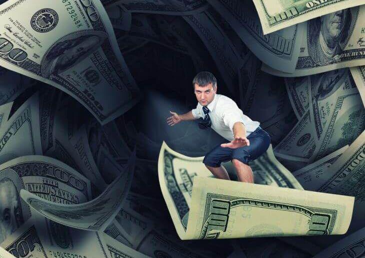 Mann surft auf Banknoten