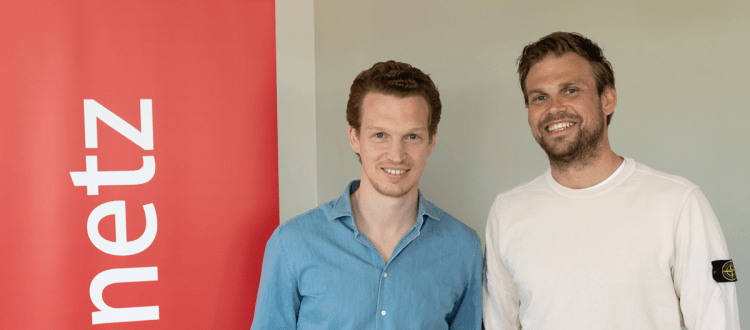 Patrick Pietruck und Moritz Fürste stehen vor einem web-netz Banner
