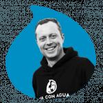 Moritz Meier von Viva con Agua auf blauen Grund
