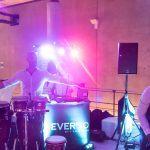 Schlagzeuger, Sänger und Trompetenspieler auf der Bühne