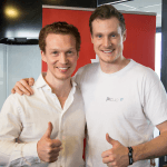 Geschäftsführer Patrick Pietruck und Marcell Jansen posieren fröhlich vor der Kamera