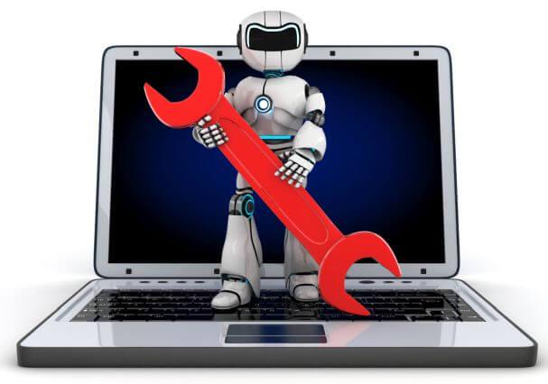 Roboter mit Werkzeugschlüssel auf Laptop