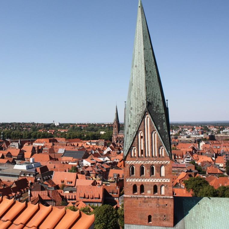 Aufnahme der Sankt Johannis-Kirche über den Dächern Lüneburgs