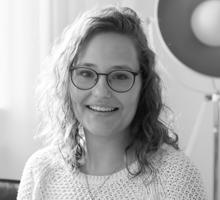 Mitarbeiterfoto von Sarah Stolten in Schwarz-Weiß