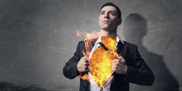 Mann mit flammender Brust