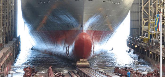 Großes Schiff geht vom Band
