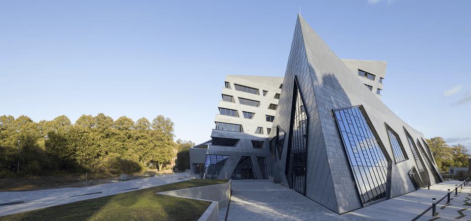 Frontansicht vom Zentralgebäude der Leuphana Universität