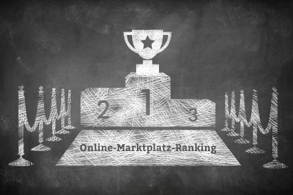 Ein Pokal ganz oben auf dem Siegertreppchen, auf welchem Online-Marktplatz-Ranking steht.