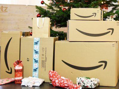 Amazon-Pakete vor dem Weihnachtsbaum