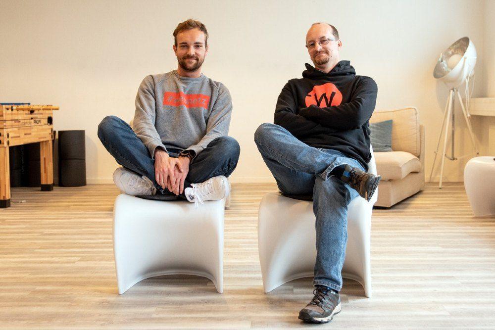 Georg und Matthias auf Stühlen sitzend