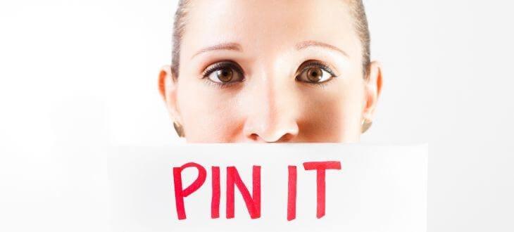 Frau mit Pin-It-Schild