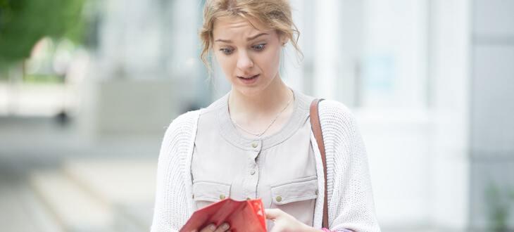 Frau mit rotem Portemonnaie