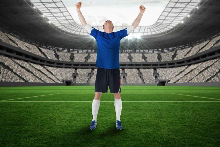 Fussball-Spieler jubelt im Stadion
