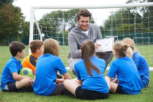 Fußballtrainer vor Jugendmannschaft